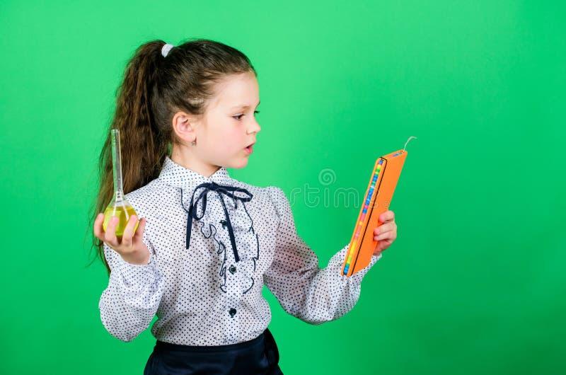 提供实验的结果 有测试的烧瓶的小聪明的女孩 儿童研究bilogy教训 教育和 免版税库存图片