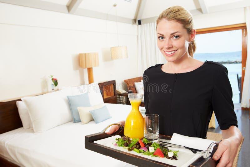 提供客房服务膳食的旅馆工作者画象 免版税库存图片