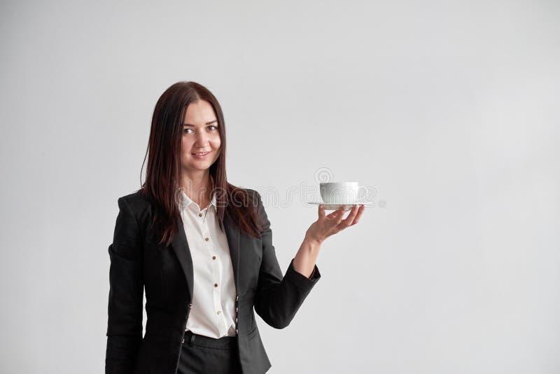 提供您一杯咖啡或茶的办公室工作者在白色背景 库存图片