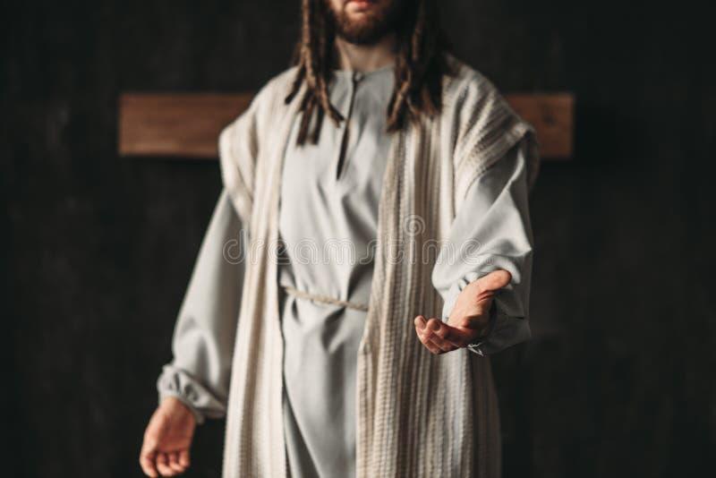 提供援助他的手的基督的图象的人 免版税库存图片