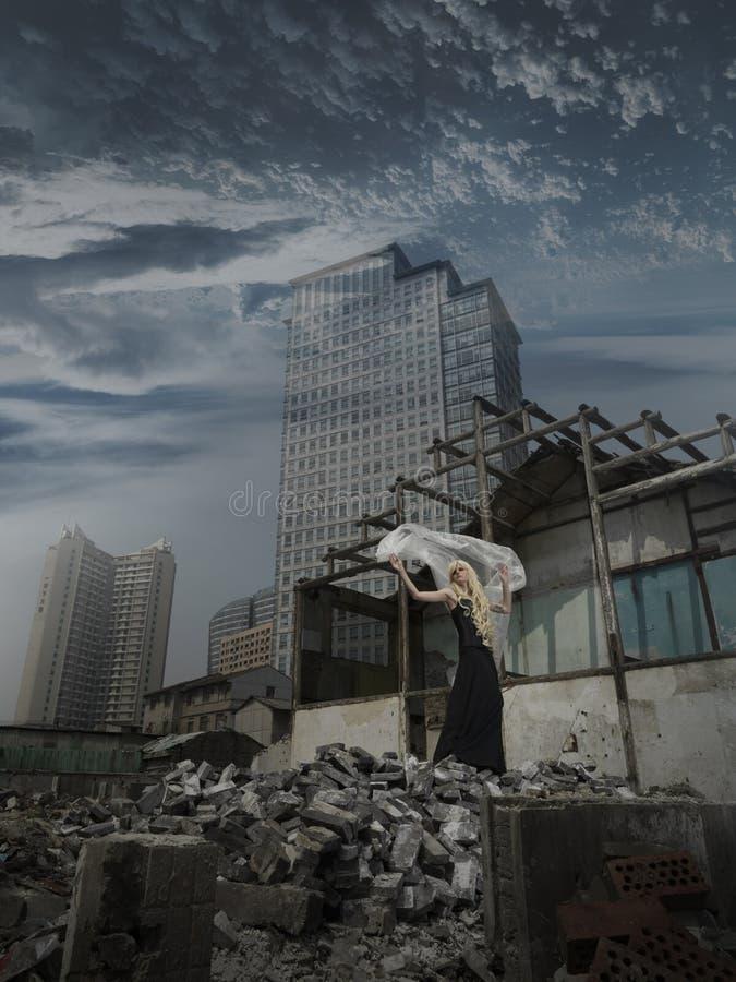 提供援助废墟妇女 免版税库存照片