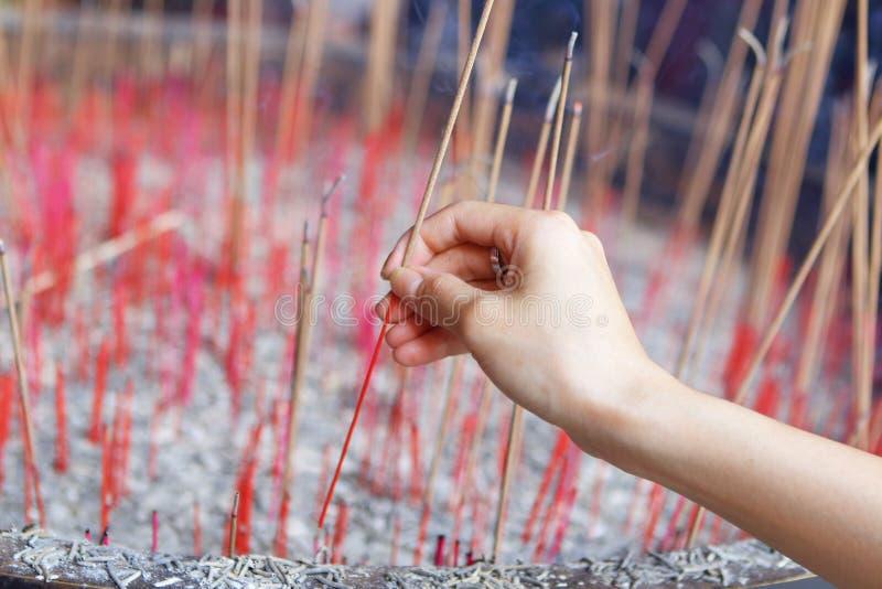 提供的香火坚持中国寺庙的神 免版税库存图片