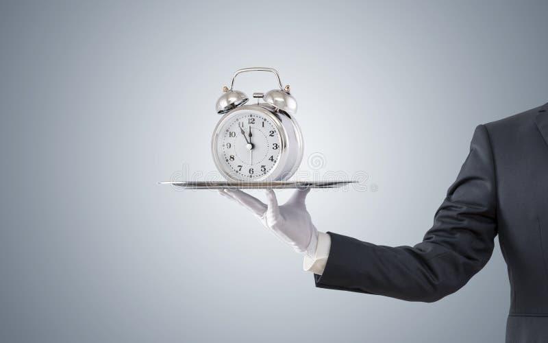 提供老牌闹钟的商人 库存图片