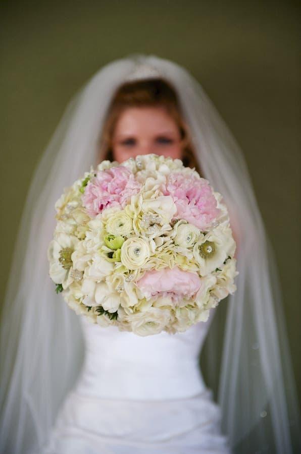 提供花束的新娘 免版税库存图片