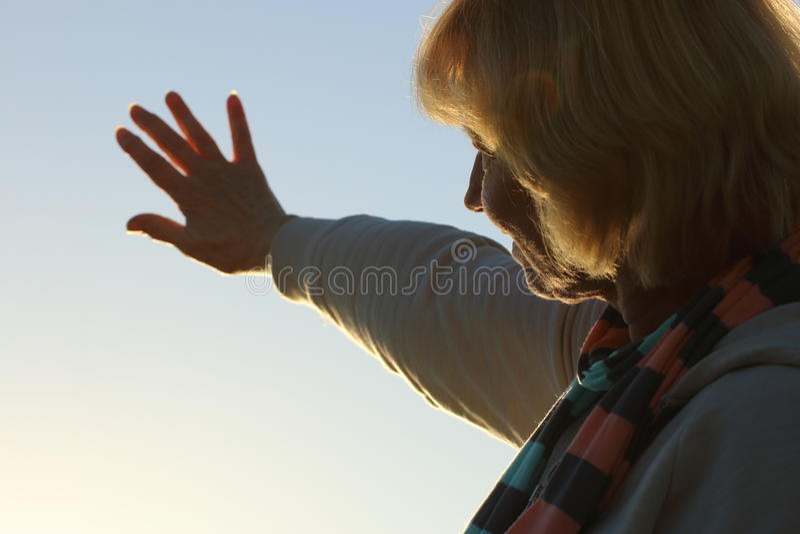 提供援助对太阳的资深妇女 库存照片