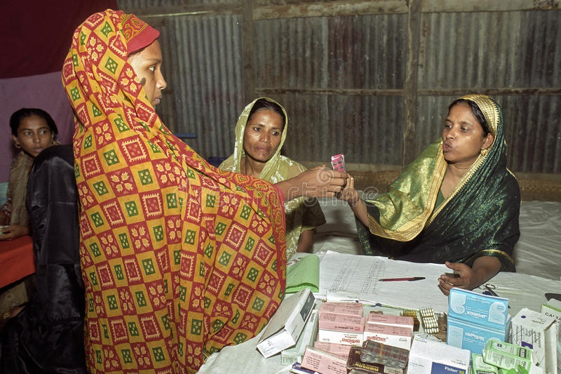 提供医学的女性药剂师给妇女 图库摄影