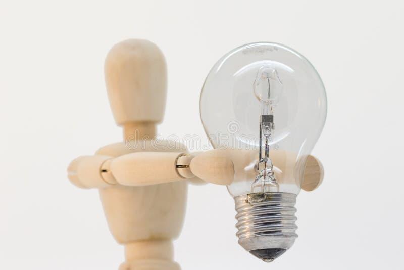 提出一个电灯泡的木食道 库存照片