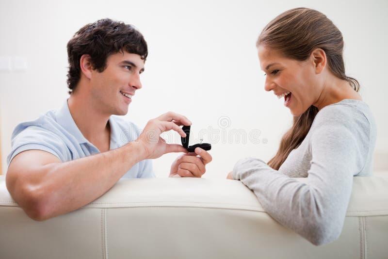 提出建议的人对他的女朋友 免版税库存照片