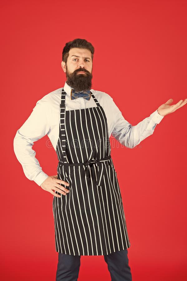 提出您的产品 确信的人工作者或侍者 格栅工作者佩带的烤肉围裙 理发店或美发店 免版税库存图片