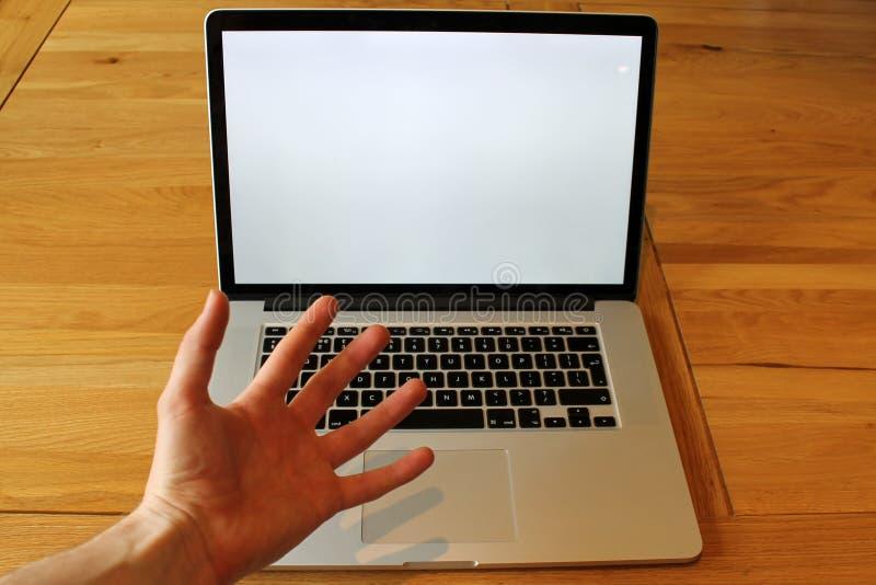 提出某事在膝上型计算机 免版税库存图片