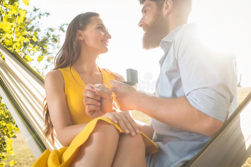 提出结婚提议的年轻人对美丽的女朋友,当时 库存图片