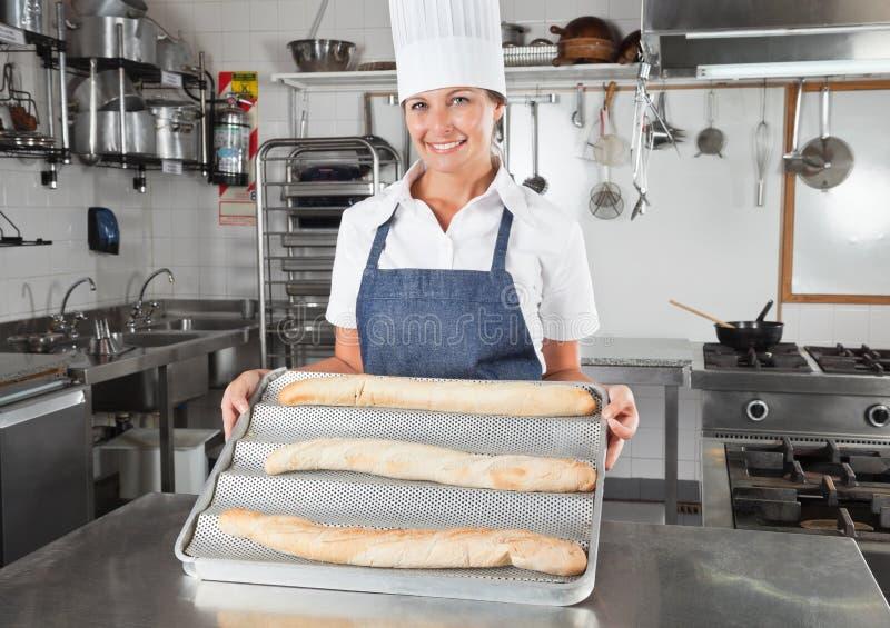 当前被烘烤的面包的女性厨师