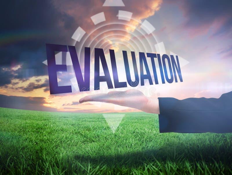 提出词评估的Businesswomans手 免版税库存图片