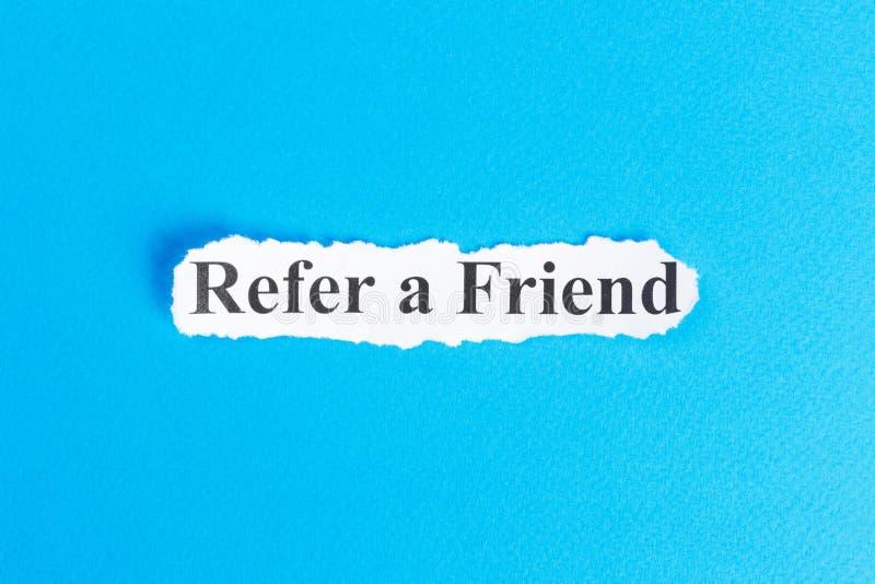 提到在纸的朋友文本 词提到被撕毁的纸的一个朋友 com概念小雕象图象其它正确的常设文本 图库摄影