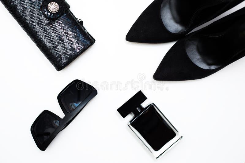 提包传动器,黑鞋子,时髦太阳镜 库存图片