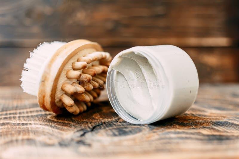 提取乳脂和身体的刷子干燥按摩的, Anticellulite按摩 免版税库存图片