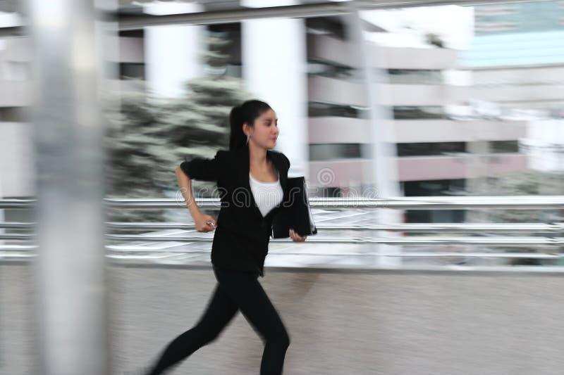 提取年轻亚洲企业woma赛跑的被弄脏的行动工作 库存图片