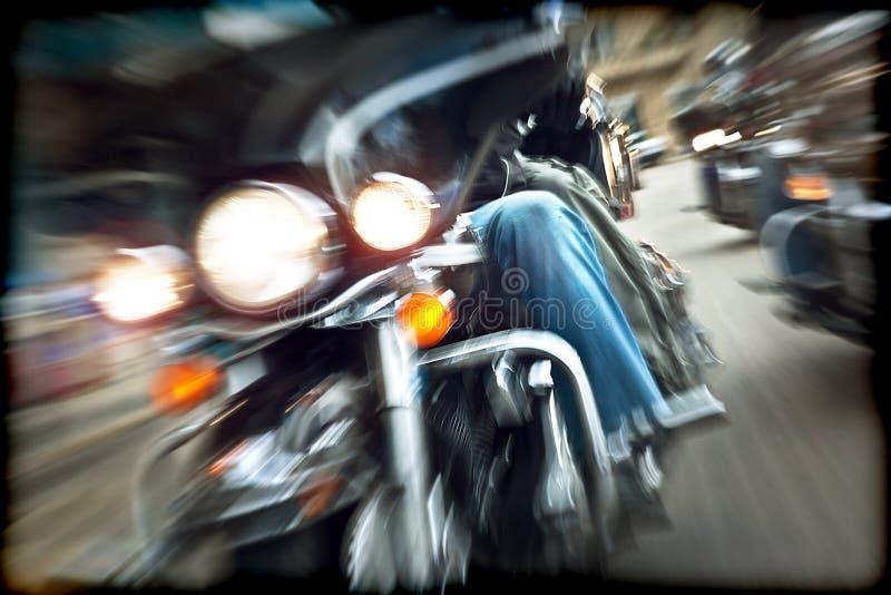 提取慢动作,乘坐摩托车的骑自行车的人 库存图片