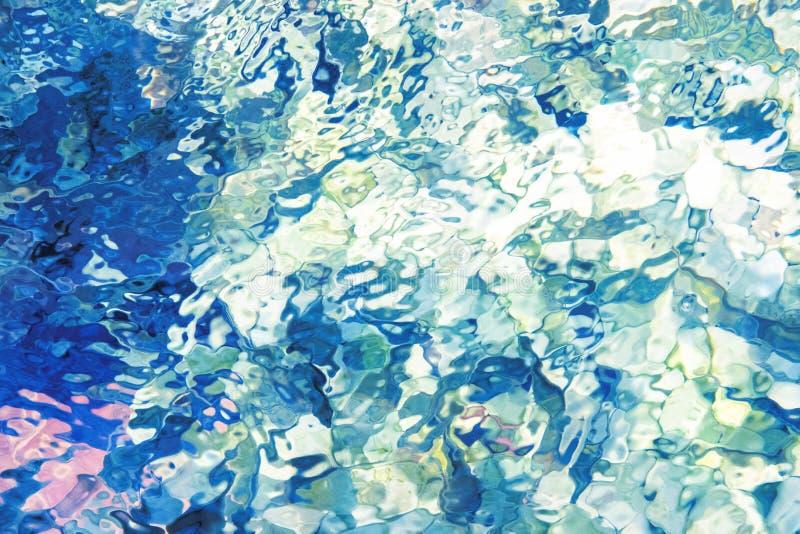 提取背景蓝色玻璃 在水族馆的起波纹的水 淡水表面抽象 水色蓝色发光的纹理 库存图片