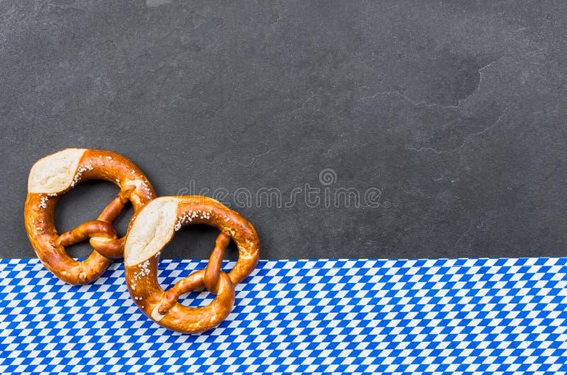 提名板材用与金刚石样式的两个椒盐脆饼 免版税库存照片