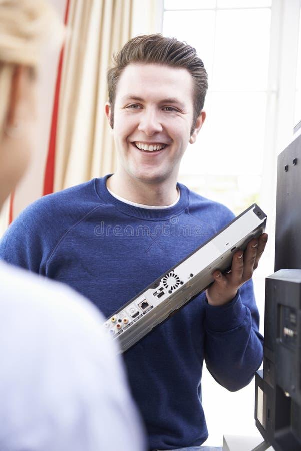 提在安装的工程师数字式电视设备的建议 免版税库存图片