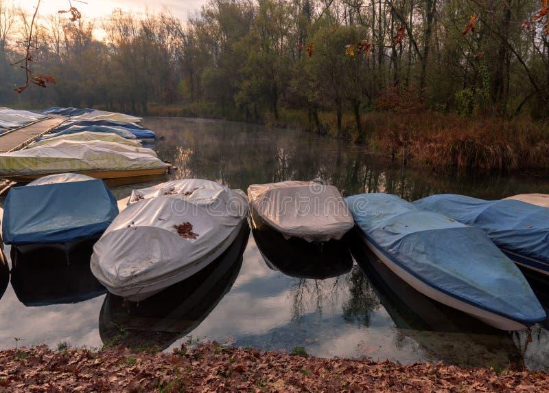 提契诺州河和停住的快艇 免版税图库摄影