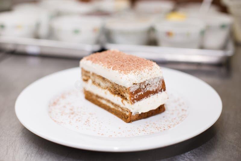 提拉米苏蛋糕特写镜头在一块白色板材的 免版税库存照片