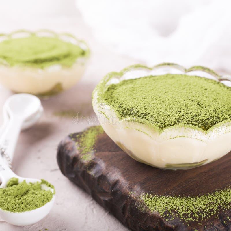 提拉米苏蛋糕用绿色matcha茶 免版税库存图片