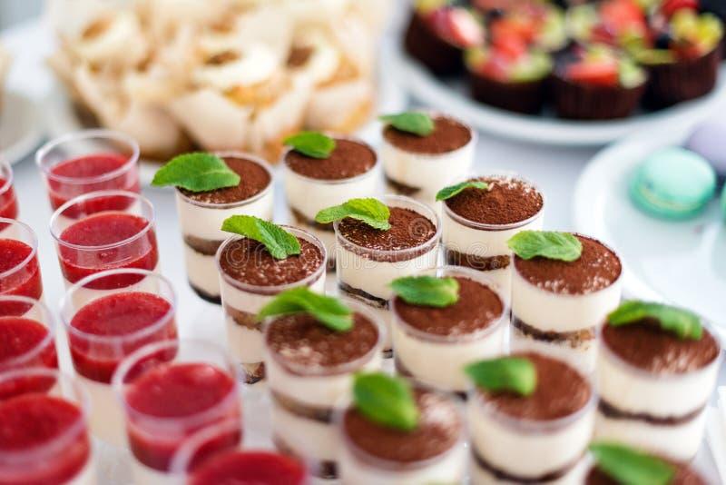 提拉米苏结块用薄菏在桌 甜的点心 选择聚焦 免版税库存照片