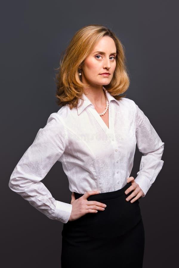提花织物衬衣佩带的白人妇女 库存照片