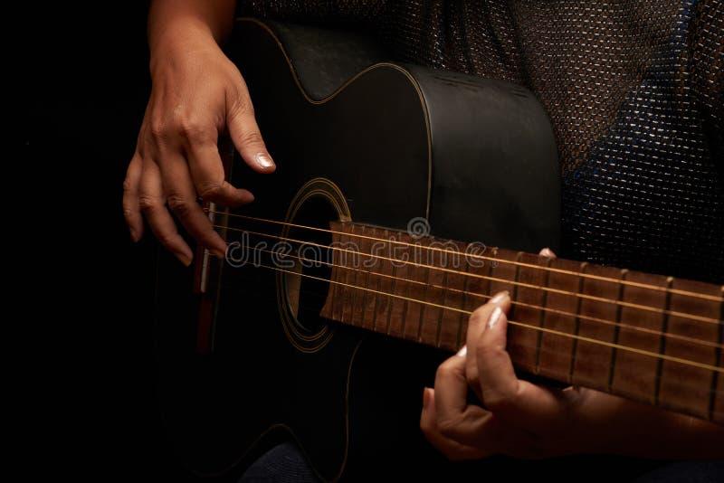 提高在弹吉他的技能 免版税库存图片