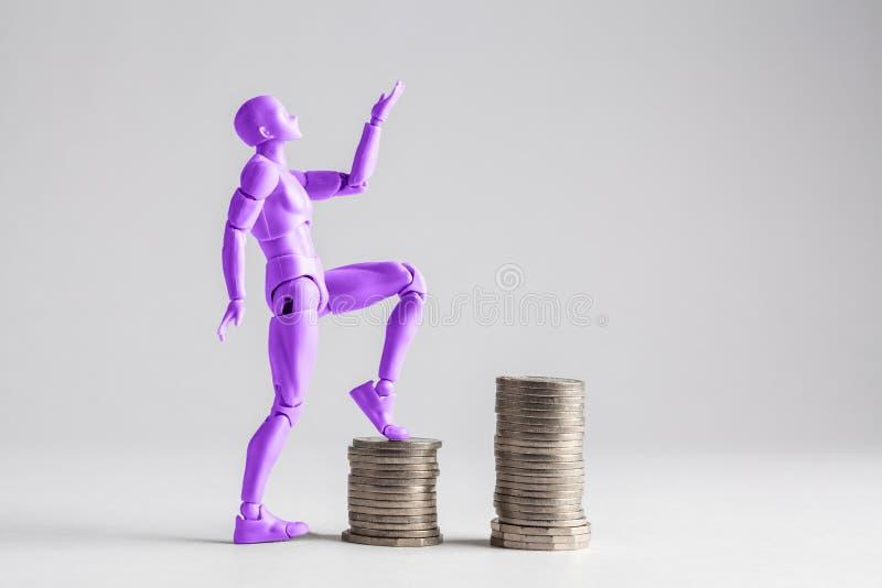 提高收入梯子概念的被授权的妇女 紫色fe 库存图片
