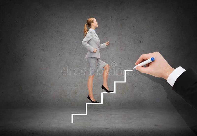 提高楼梯的微笑的女实业家 库存照片