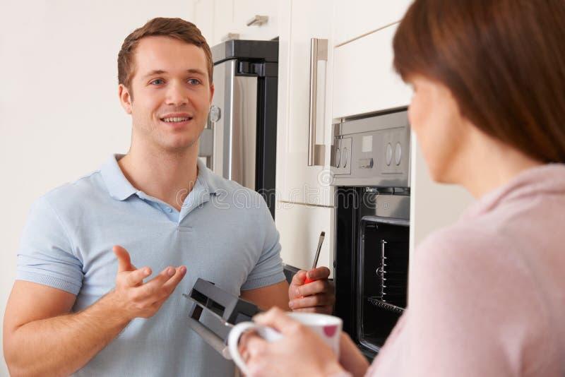 提建议的工程师厨房修理的妇女 免版税库存照片