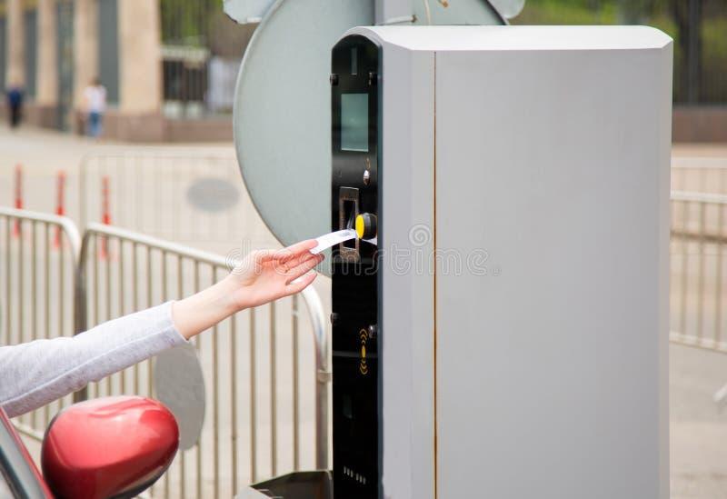 插入入或去除票的人从停车处机器 库存照片