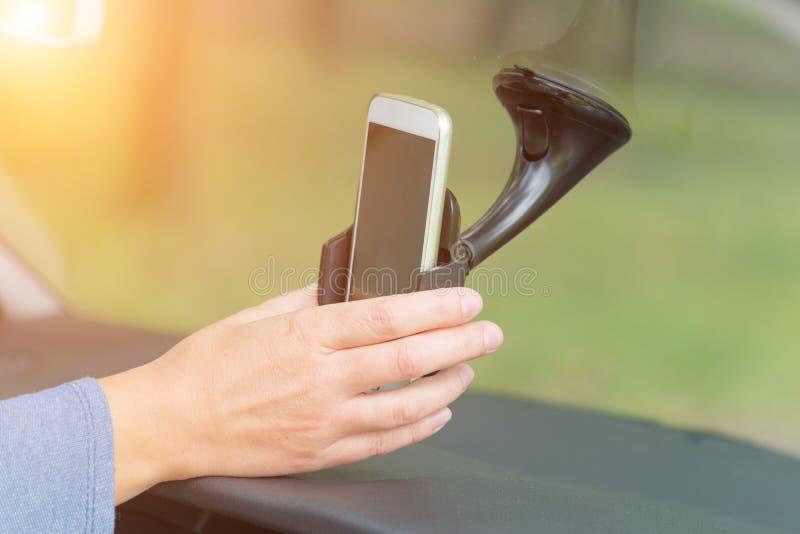 插入巧妙的电话入汽车持有人 库存照片