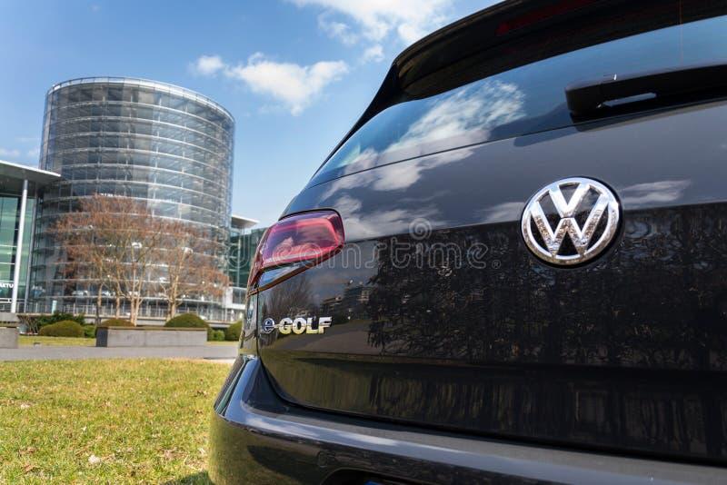 插入式杂种大众e高尔夫球电车在Glaserne Manufaktur -透明工厂,德累斯顿前面站立 免版税库存照片