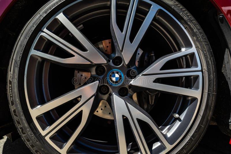插入杂种跑车BMW i8的前闸系统的细节 图库摄影