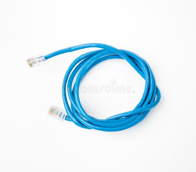 插接线与被铸造的RJ45插座的网络缆绳,隔绝在白色背景 库存照片