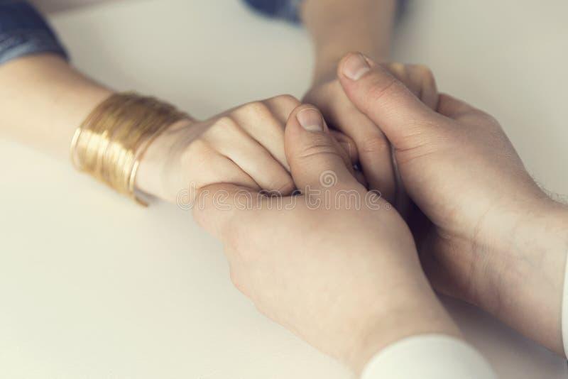 握他的妻子的手的丈夫 精神支持,婚姻, cou 免版税库存照片