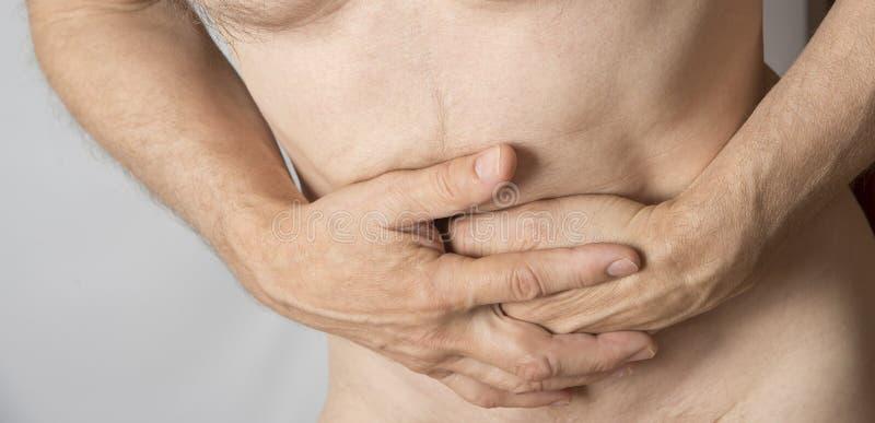 握他的腹部的人 胃和消化不良问题 免版税图库摄影