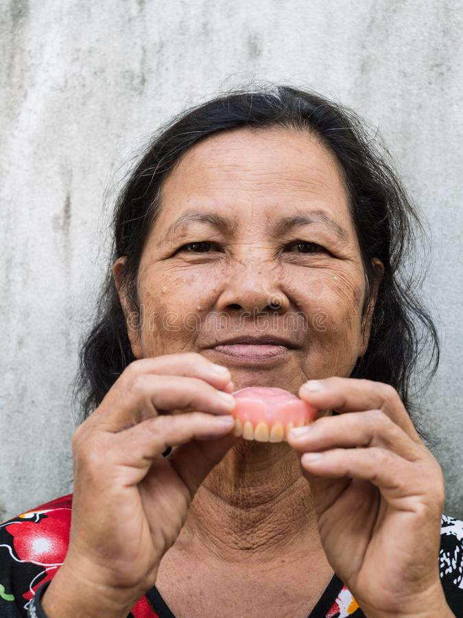 握假牙的老泰国妇女 免版税库存照片