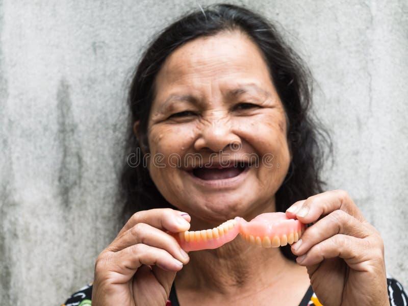 握假牙的老泰国妇女 库存图片