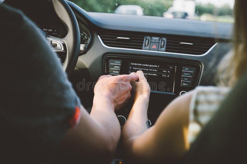 握在汽车的夫妇手 免版税库存照片