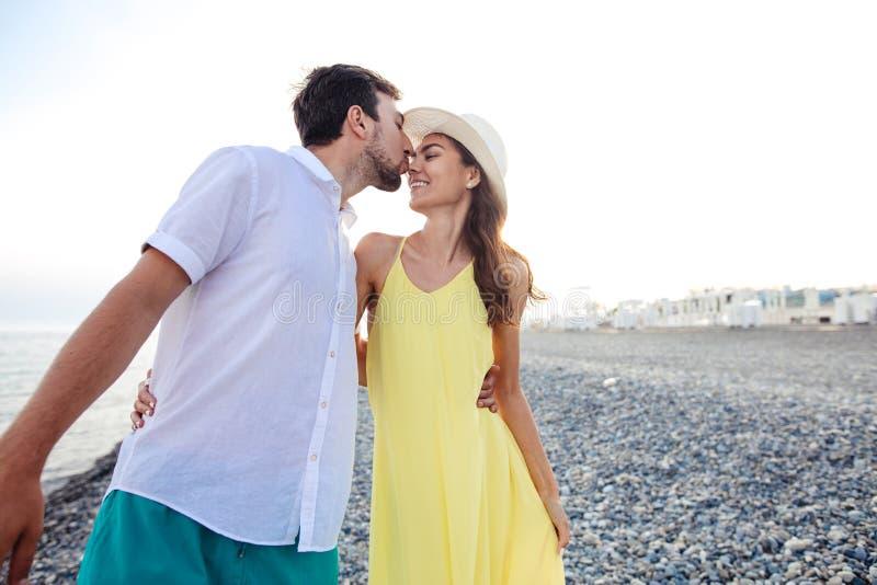 握在海滩和步行的夫妇手和一起享用 库存图片
