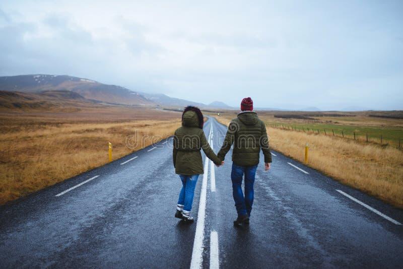 握在路的夫妇手 免版税图库摄影