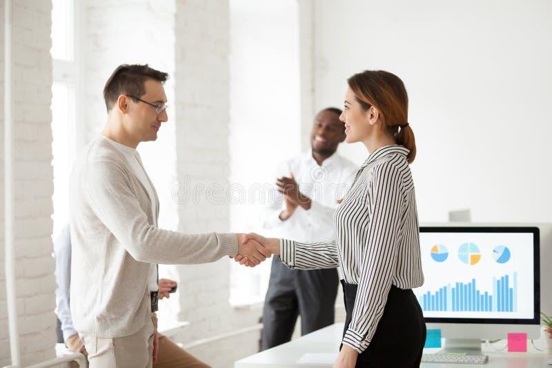 握女工的手的男性CEO祝贺与succe 库存图片