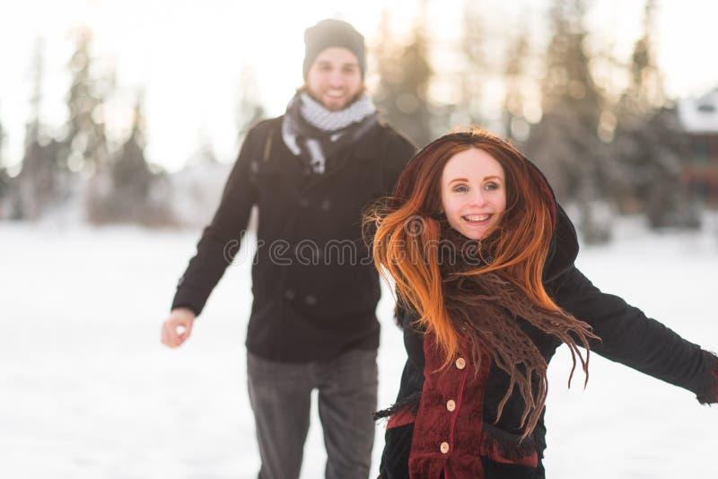 握她的人` s手的快乐的女朋友,当跑时 免版税库存照片