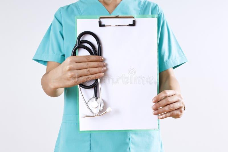 握她的在年长人的肩膀的妇女医生手 免版税库存图片