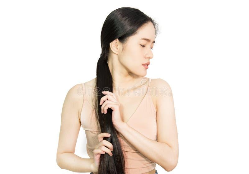 握她的头发的妇女健康长的头发 库存照片